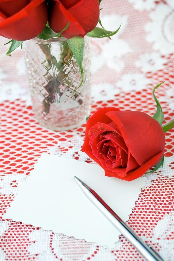 Rose di giorno dei biglietti di S. Valentino immagine stock