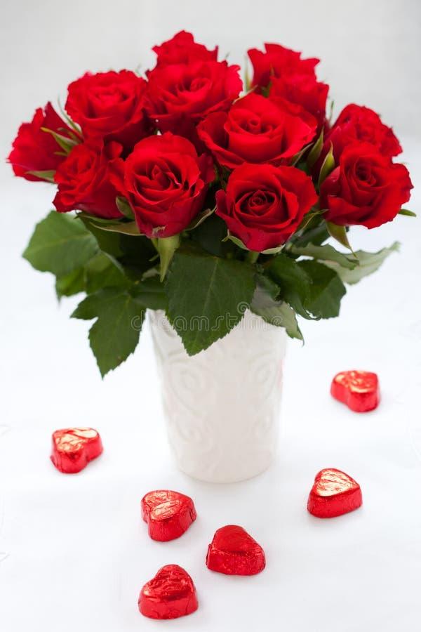 Rose e cioccolato rossi fotografie stock