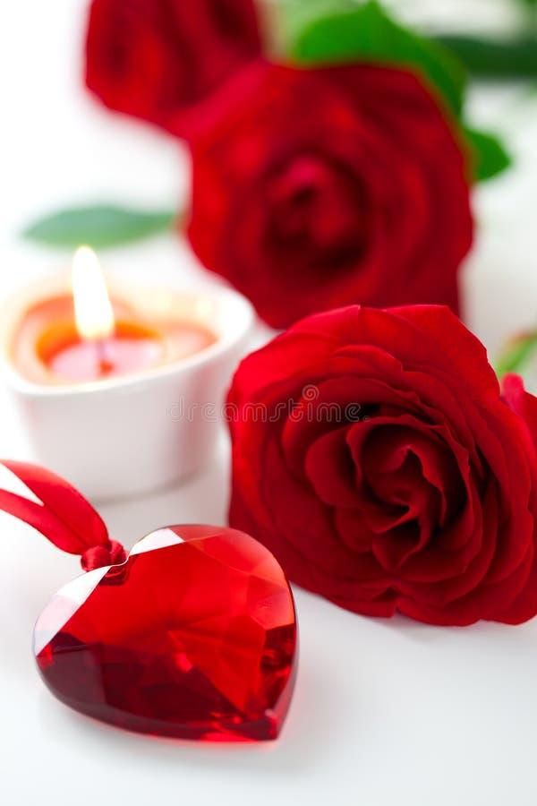 Rose e cuore rossi per il giorno del biglietto di S. Valentino immagini stock