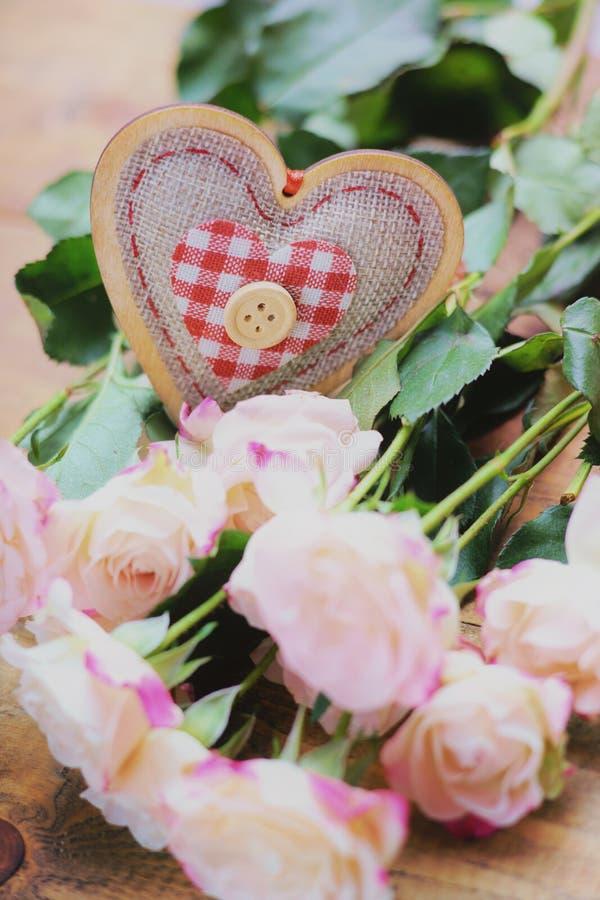 Rose e forma del cuore immagini stock
