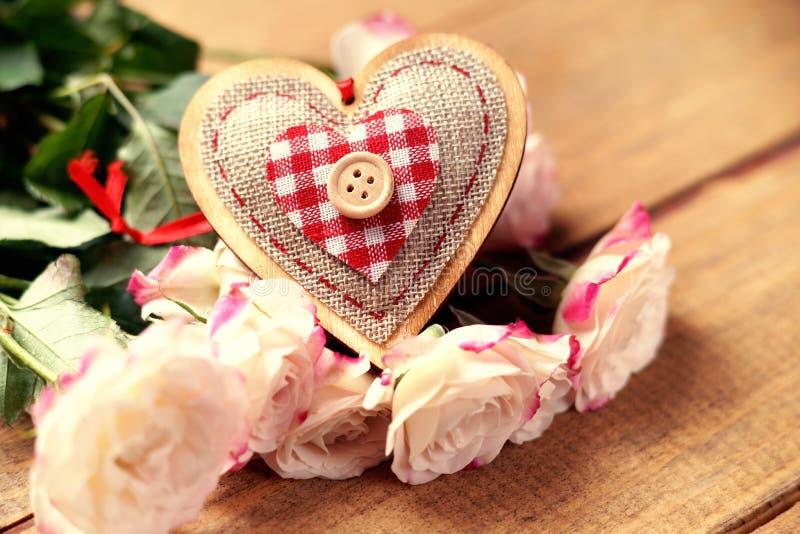 Rose e forma del cuore immagine stock libera da diritti