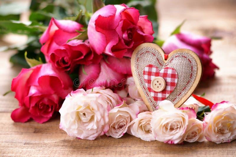 Rose e forma del cuore fotografia stock