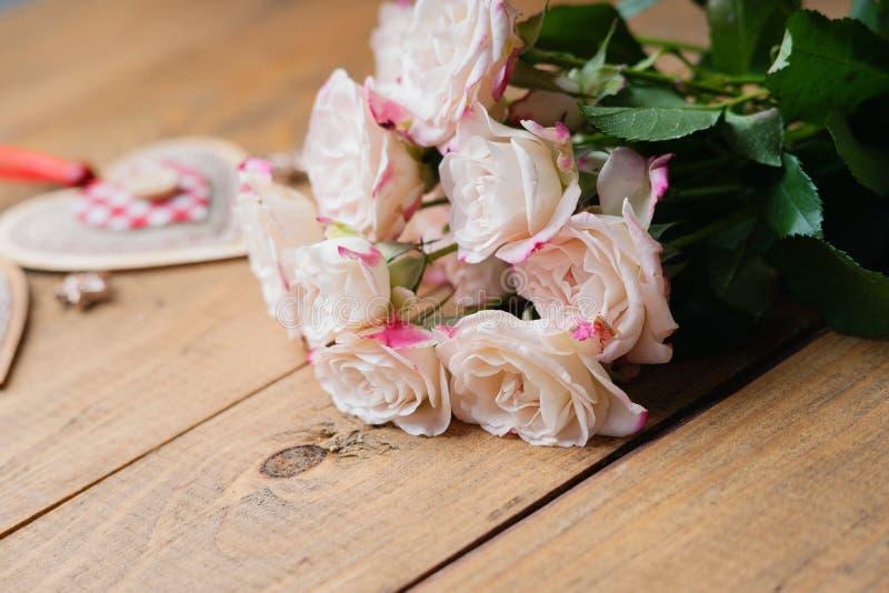 Rose e forma del cuore fotografia stock libera da diritti
