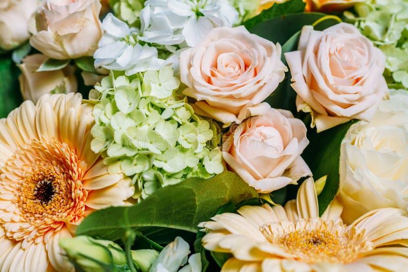 Rose e gerbera rosa Daisy Flowers Wedding Bouquet immagini stock