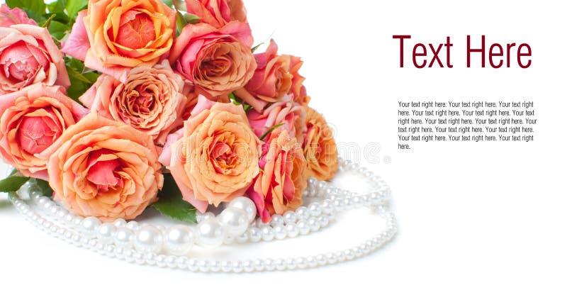 Rose e perle arancioni fotografie stock