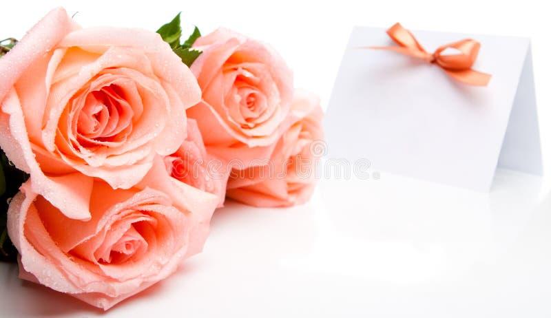 Rose e scheda dell'invito fotografia stock libera da diritti