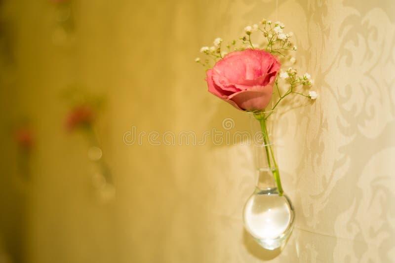 Rose in einer Flasche lizenzfreies stockbild