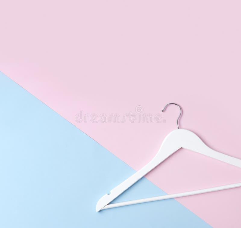 Rose en bois blanc simple de cintre de configuration plate de vue supérieure et fond en pastel bleu image stock