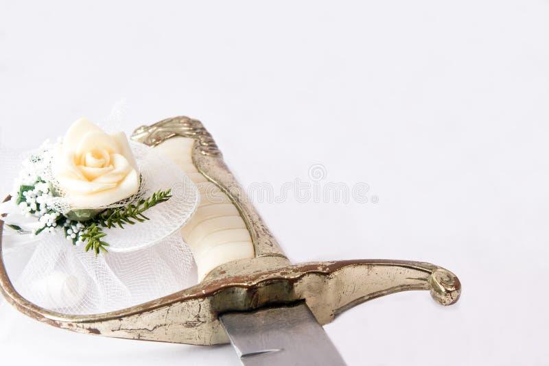 Rose et épée photos stock