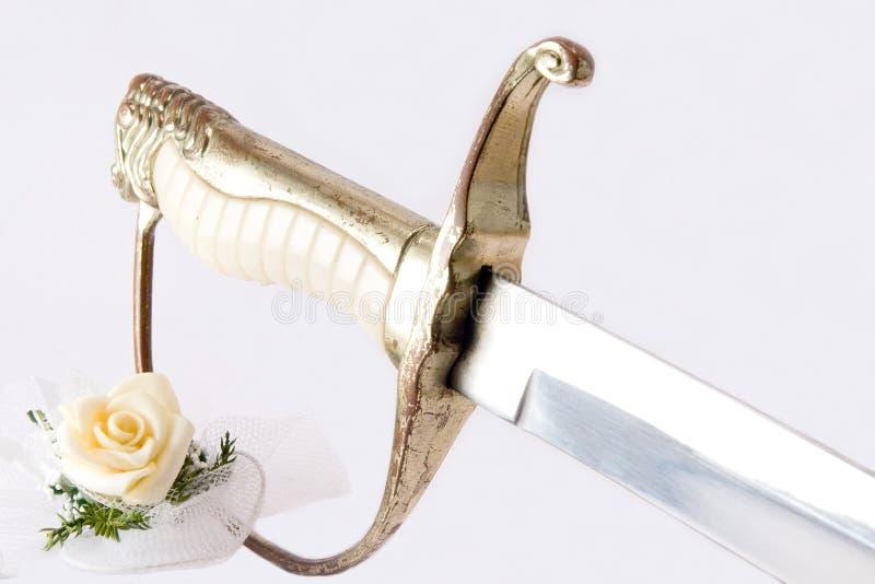 Rose et épée images stock