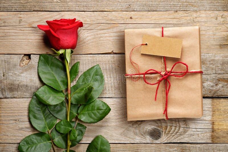 Rose et boîte-cadeau de rouge avec l'étiquette photographie stock