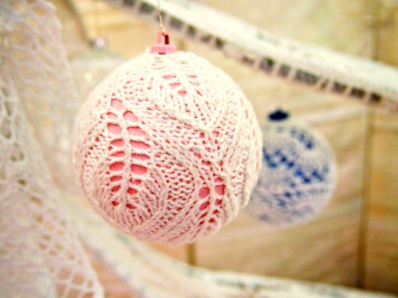 Rose et boules de Noël tricotées par bleu photos libres de droits