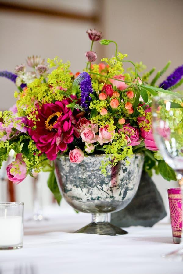 Rose et bouquet rouge et vert des fleurs sur une table dans un pot pendant une célébration l'épousant image stock