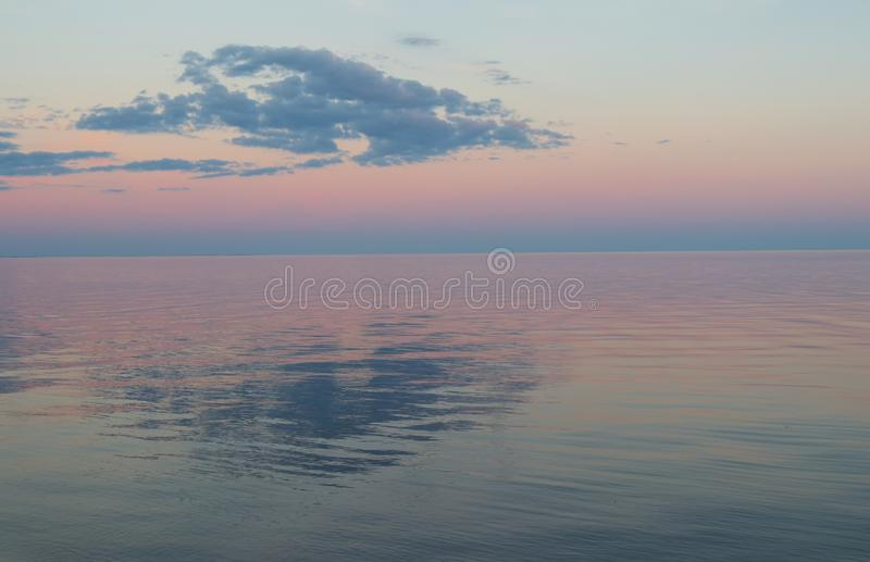 Rose et coucher du soleil bleu au-dessus du lac photographie stock