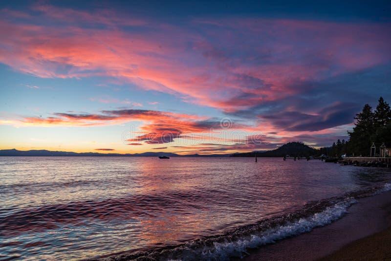 Rose et coucher du soleil bleu avec les vagues douces dans le coin inférieur droit de la plage de Lakeside chez le lac Tahoe images libres de droits