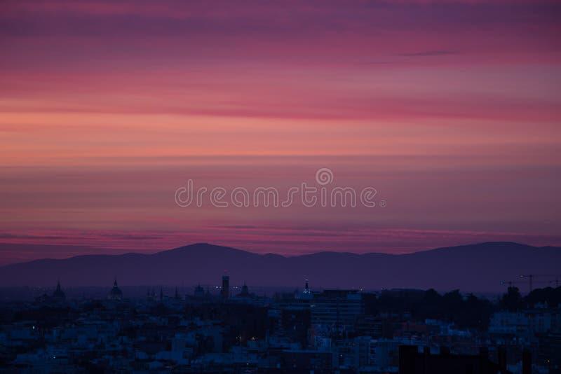 Rose et coucher du soleil pourpre à Madrid image stock