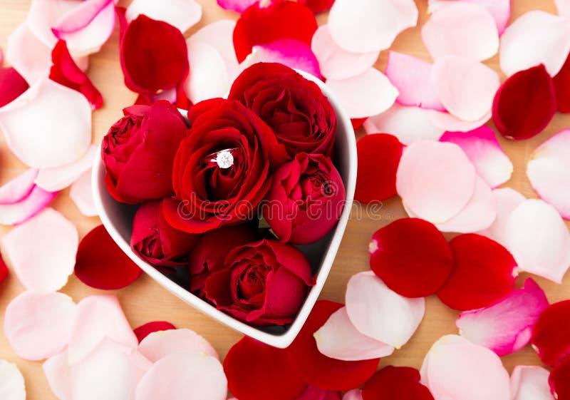 Rose et la bague à diamant à l'intérieur du coeur forment la cuvette images stock