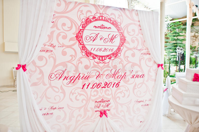 Rose et photozone blanc de bannière à la cérémonie de mariage photos libres de droits