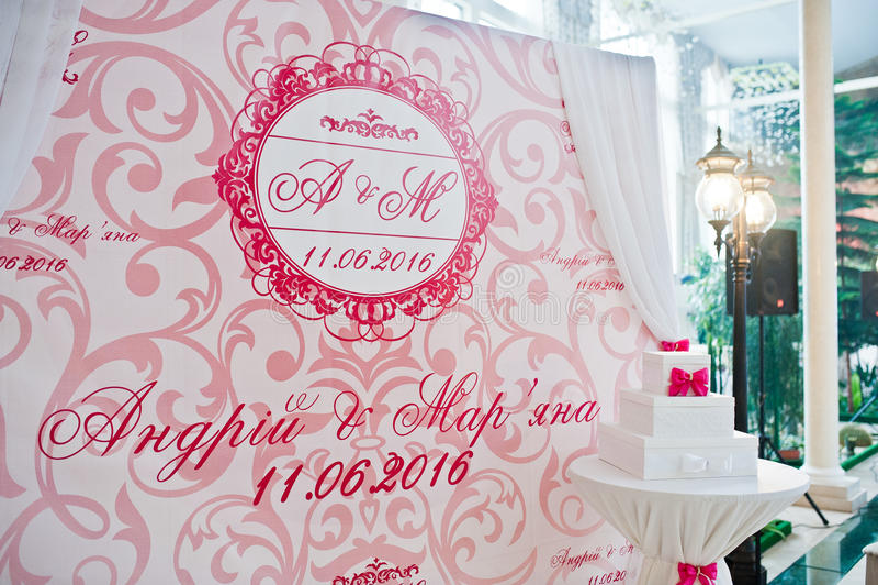 Rose et photozone blanc de bannière à la cérémonie de mariage photos stock