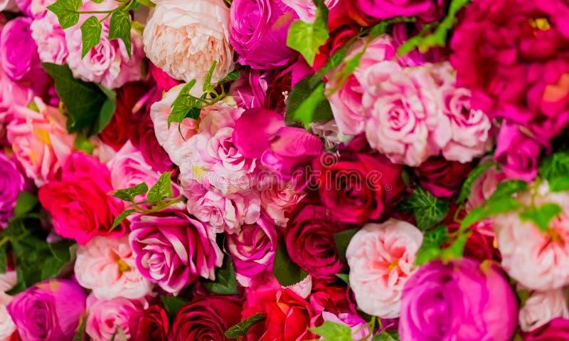 Rose et roses pourpres pour le jour de valentines romantique photo libre de droits