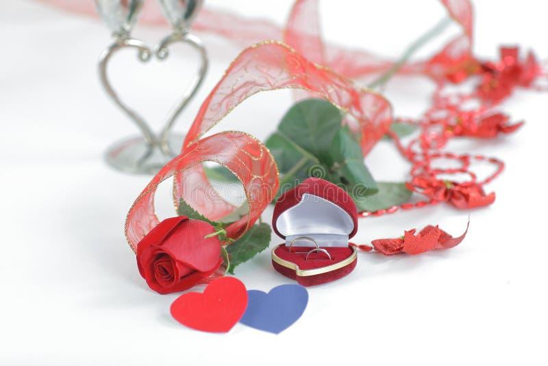 Rose et une boîte avec un anneau sur une carte de jour du ` s de Valentine Photo avec image libre de droits