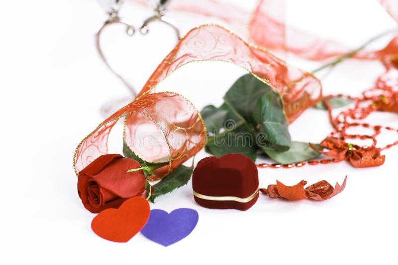 Rose et une bo?te avec un anneau sur une carte de jour du ` s de Valentine Photo avec l'espace de copie image libre de droits