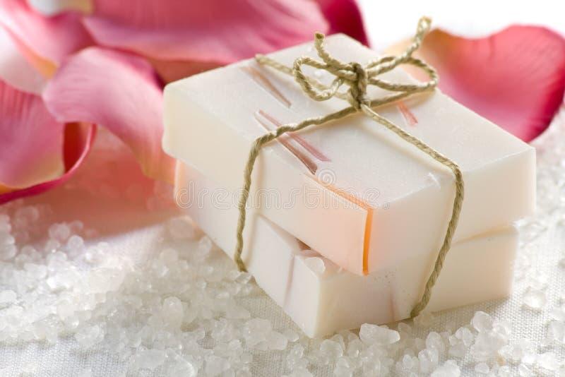 Rose a flairé le savon images stock
