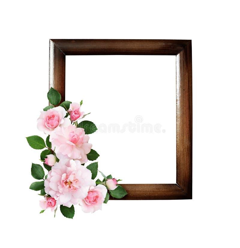 Rose fleurit dans une disposition faisante le coin sur le cadre en bois brun photographie stock libre de droits