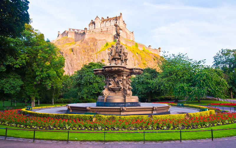 Rose Fountain met het Kasteel van Edinburgh stock afbeelding