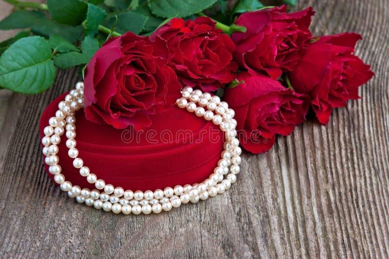 Rose fresche e regalo per il giorno di biglietti di S. Valentino di festa immagini stock