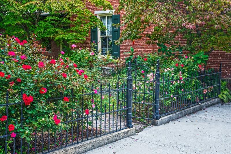 Rose Garden och järnport arkivbilder