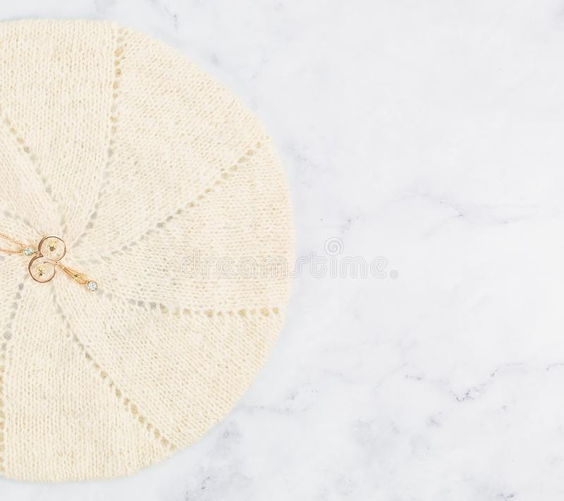 Rose Gold Delicate Filigree Pendant d'annata con le pietre blu immagini stock