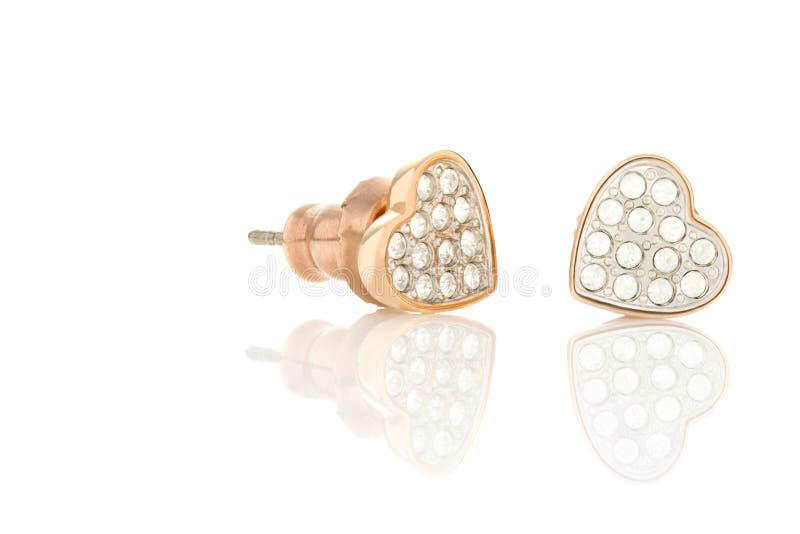 Rose Gold Earrings Isolated en un fondo blanco foto de archivo