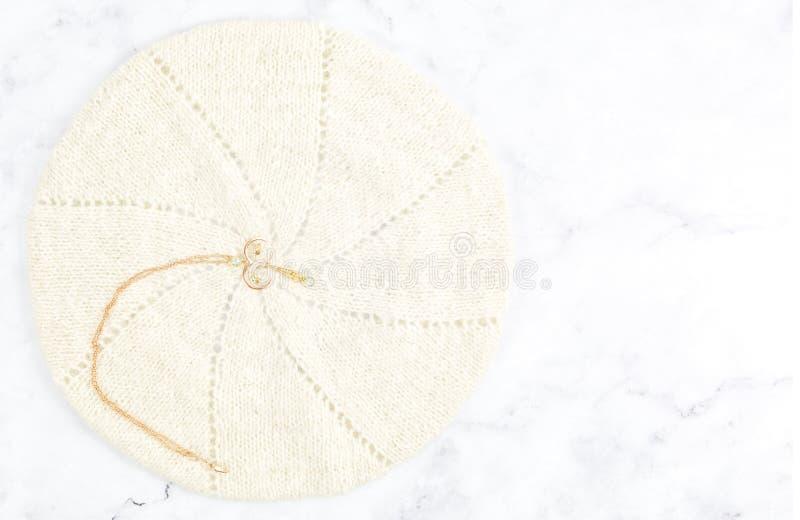 Rose Gold Fine Filigree Pendant d'annata con le pietre blu fotografie stock libere da diritti