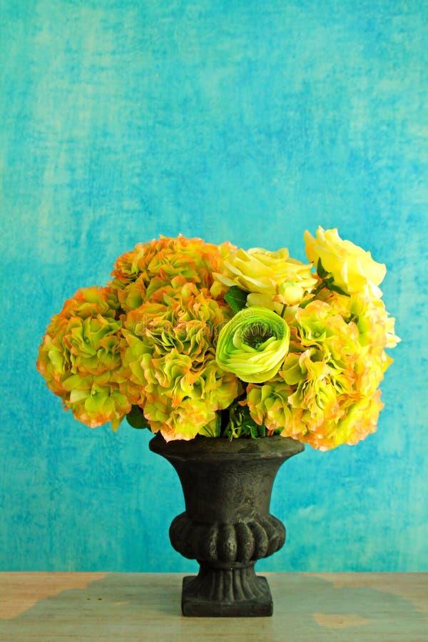 Rose im Retro- Vase lizenzfreie stockfotografie