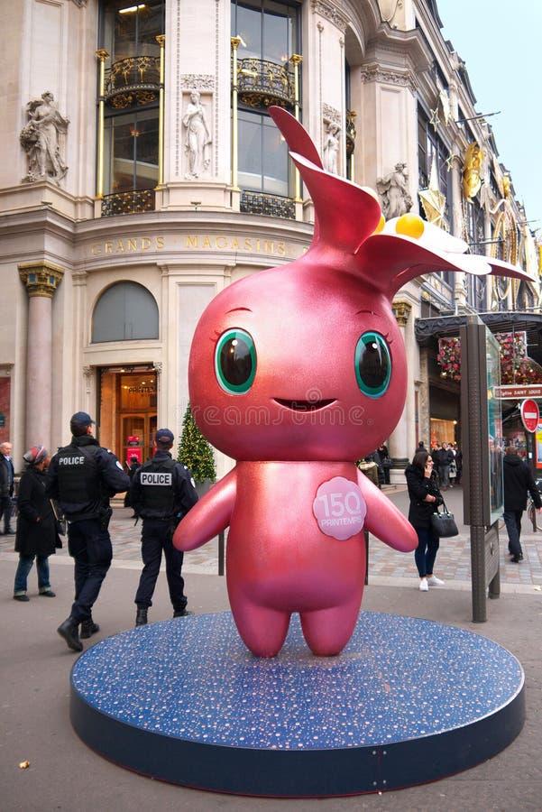 Rose la mascota y los policías París de Printemps foto de archivo