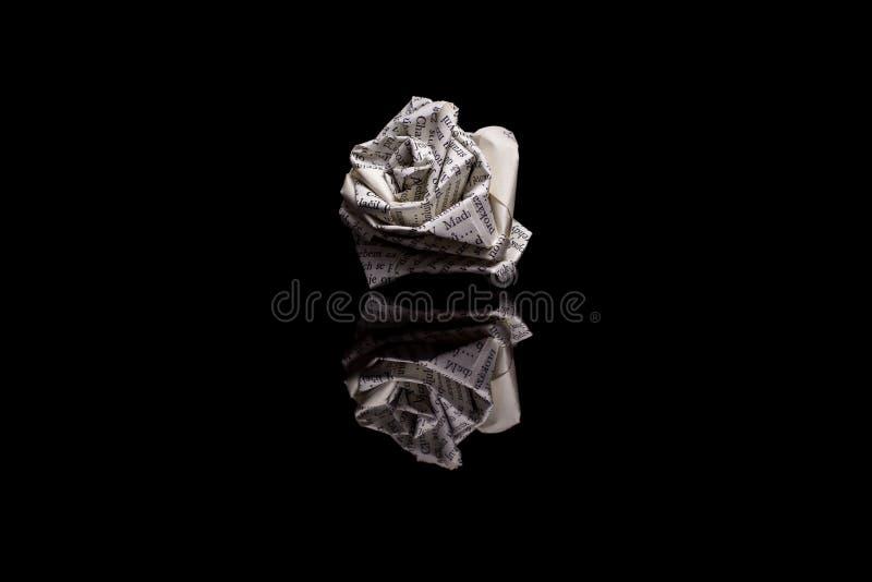 Rose machte von den Buchseiten auf schwarzem Hintergrund lizenzfreies stockfoto