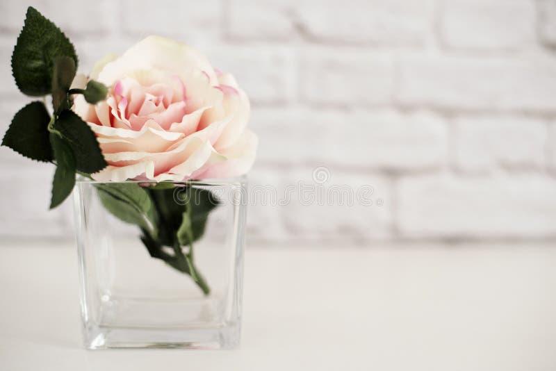 Rose Mock Up cor-de-rosa Fotografia conservada em estoque denominada Zombaria denominada floral da parede acima Rose Flower Mocku imagem de stock