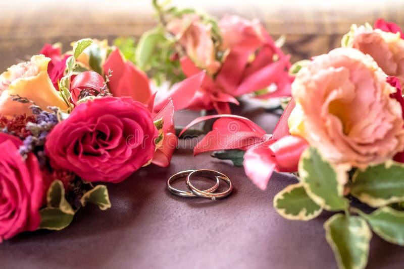 Rose occhiello ed anelli del primo piano immagini stock