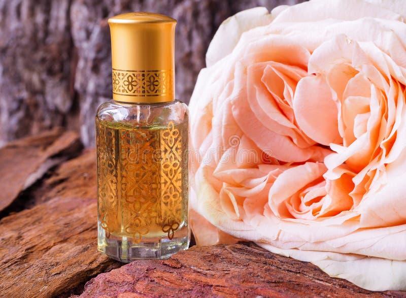 Rose a parfumé l'huile Parfum arabe dans de mini bouteilles photographie stock libre de droits