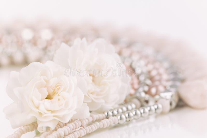 Rose pastelli molli con la collana fotografie stock libere da diritti
