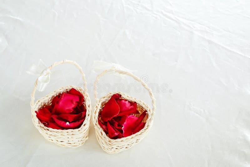 Rose Pedals em Mini Basket para a cerimônia de casamento imagem de stock royalty free