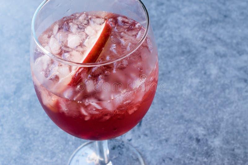 Rose Pink Blush Wine Cocktail con i semi del melograno, Apple affetta e ghiaccio tritato immagine stock libera da diritti