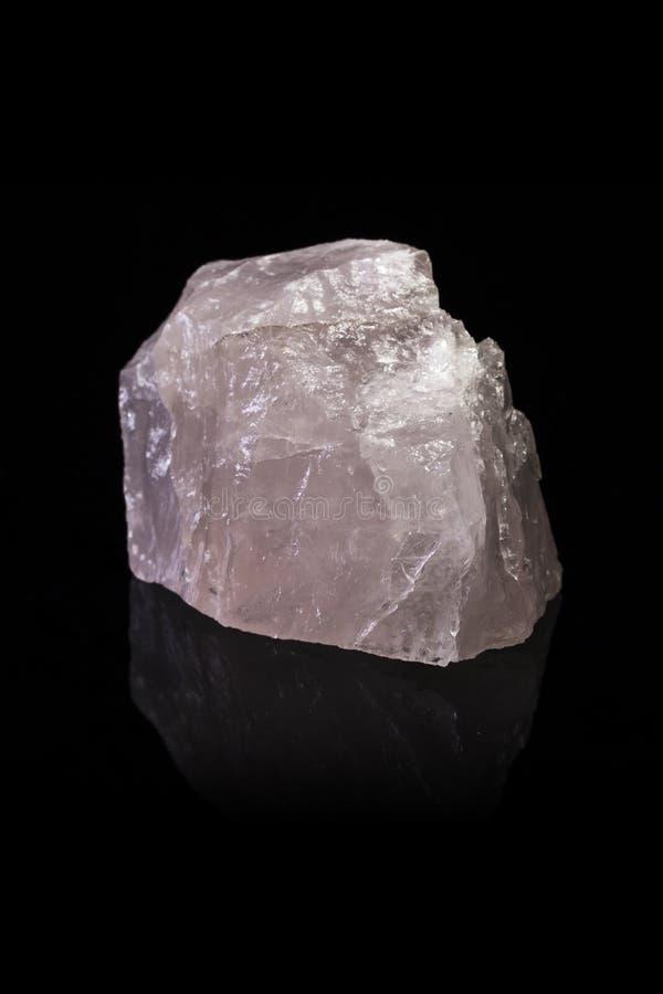 Rose Quartz Crystal en un fondo negro reflexivo fotos de archivo