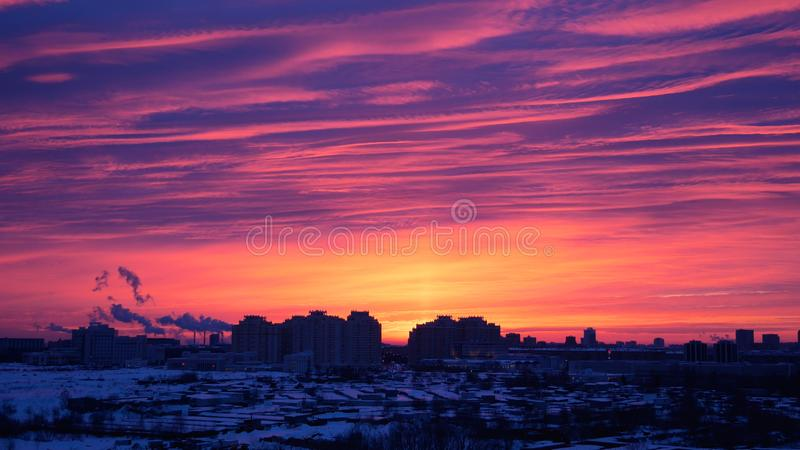 Rose Of The Red Sunrise eller solnedgång i staden i vinter royaltyfria bilder