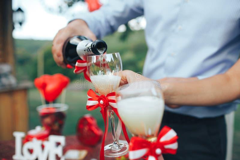 Rose roja Cena romántica champán en la tabla y el de fotos de archivo