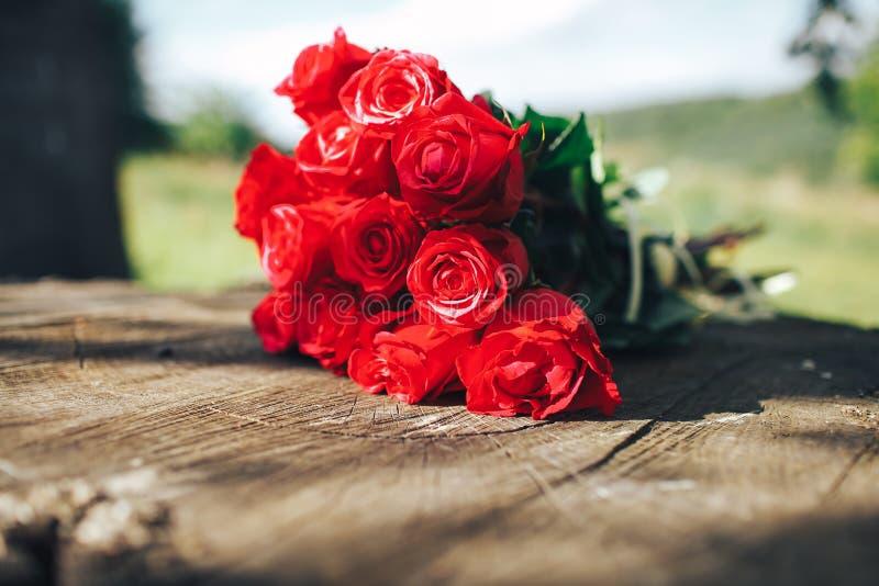 Rose roja flores, anillos y decoración de la boda dinar romántico foto de archivo
