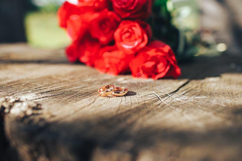 Rose roja flores, anillos y decoración de la boda dinar romántico fotografía de archivo libre de regalías
