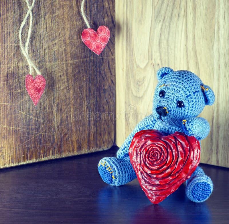 Rose roja Teddy Bear Loving lindo con los corazones rojos que se sientan solamente vendimia foto de archivo libre de regalías