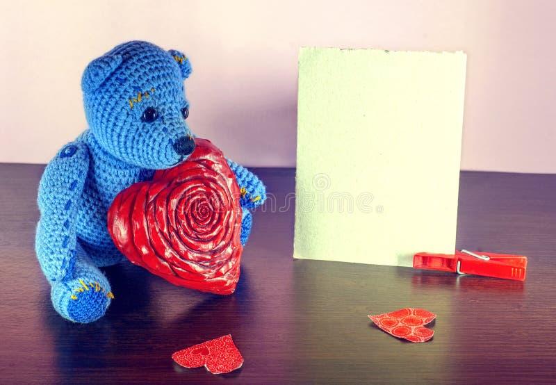 Rose roja Teddy Bear Loving lindo con los corazones rojos que se sientan solamente vendimia imagenes de archivo